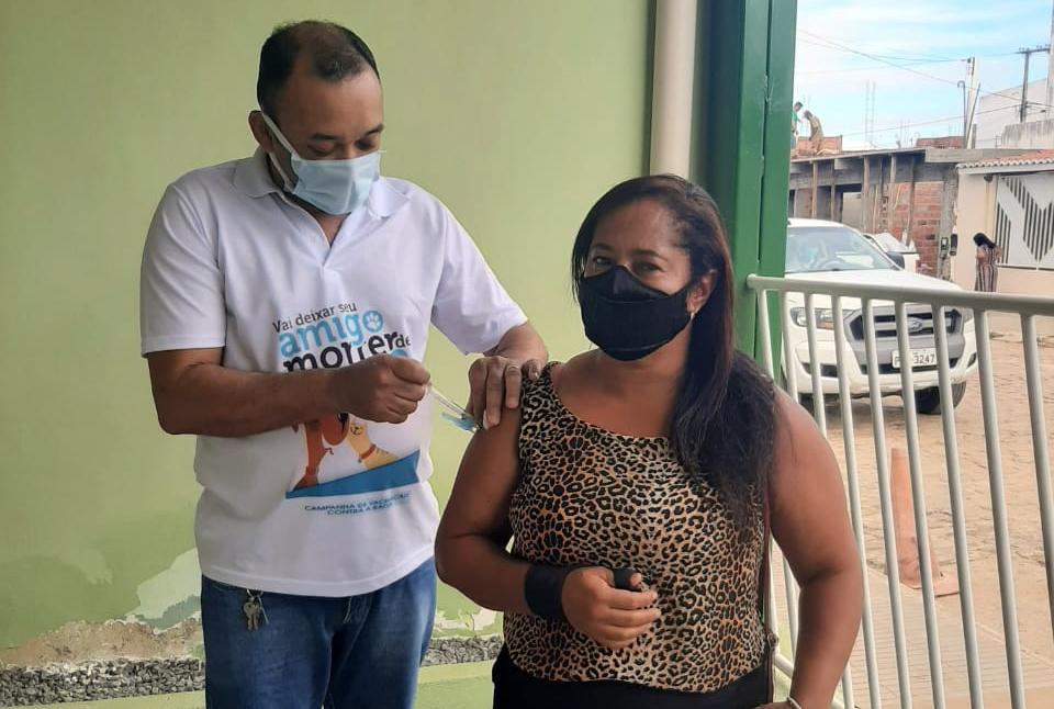 Presidente do SSPM de Baixa Grande, professora Dioneia Fernandes recebe a 1ª dose da vacina contra a covid-19
