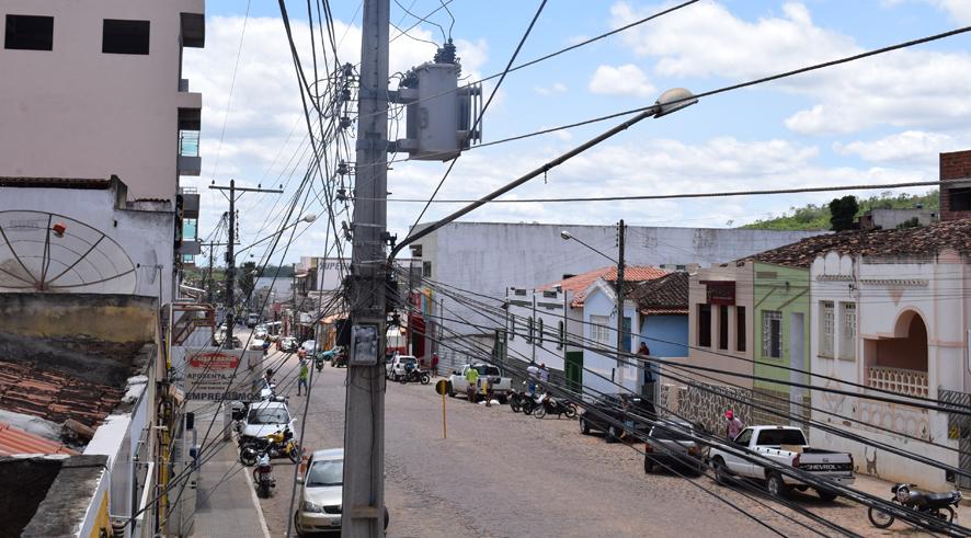 Transformador de Energia está vazando óleo e poderá explodir a qualquer momento na avenida principal de Baixa Grande