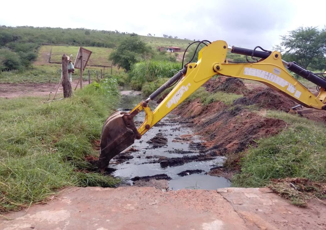 Prefeitura retira terra que estava obstruindo Riacho do Salgadinho em Baixa Grande