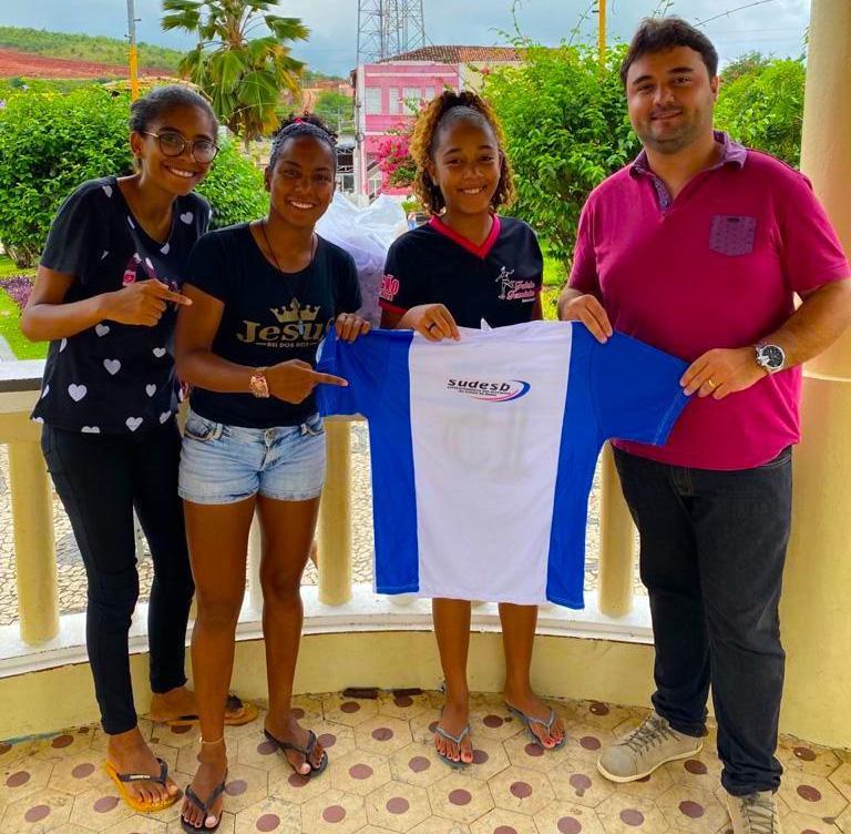 Vereador Werlisson Silva presenteia time feminino de Baixa Grande com Uniforme