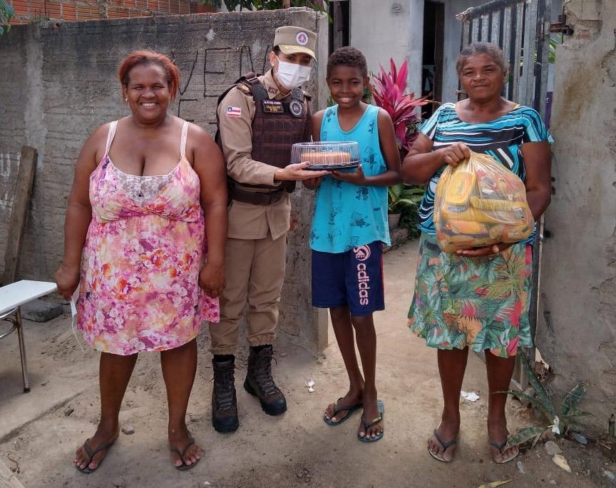 Comandante da 90ª CIPM faz visita a adolescente que ama a PM, em Riachão do Jacuípe
