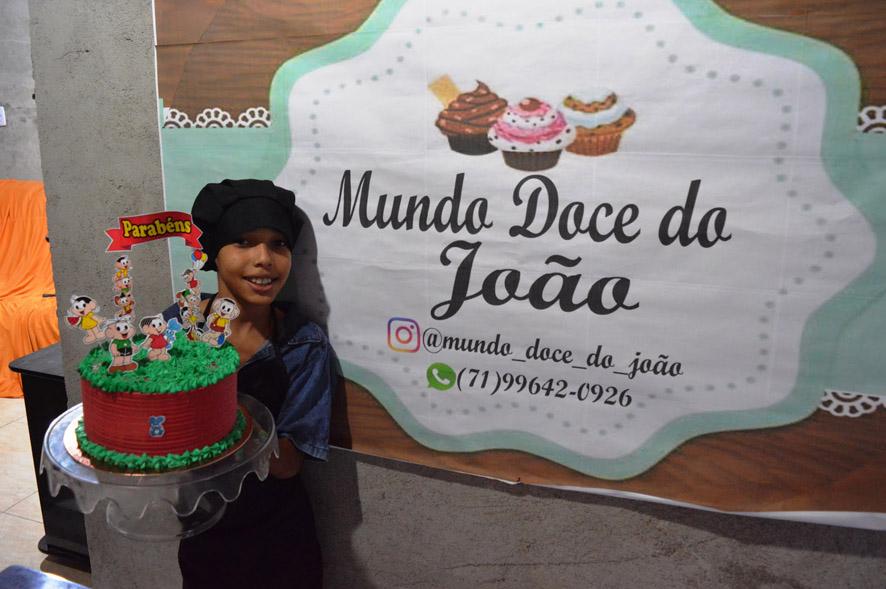 O garoto João, de apenas 10 anos de idade, que mora em Mairi-BA, faz bolos confeitados