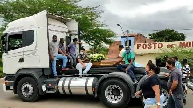 Sepultado em Riachão do Jacuípe caminhoneiro 'Grampão' morto em acidente no estado de Pernambuco