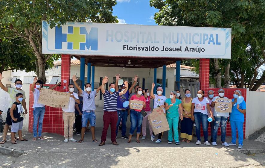 Motorista da Saúde de Nova Fátima é recepcionado por colegas após ter alta da covid-19