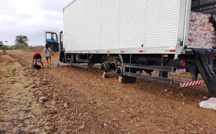Caminhão é roubado em pátio de posto na BR 324 e encontrado sem os pneus na zona rural de Riachão do Jacuípe; casal é levado de refém