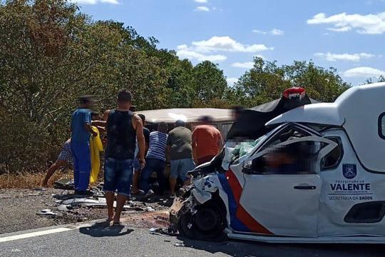 Acidente entre kombi e ambulância de Valente deixa dois mortos na BR-324 em Riachão do Jacuípe